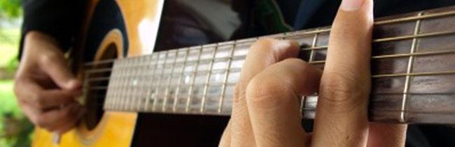 Эта статья поможет вам легко настраивать шестиструнную акустическую гитару на слух, а также с помощью цифрового тюнера или камертона