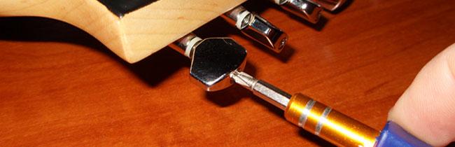 Эта статья поможет вам разобраться с тем, как правильно производится регулировка закрытых колков на электрогитаре