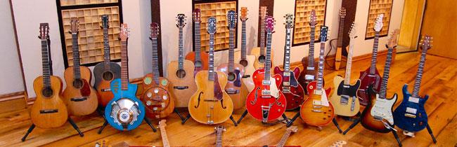 В данной статье подробно описаны разновидности акустических гитар, а также рассмотрены основные типы не акустических гитар