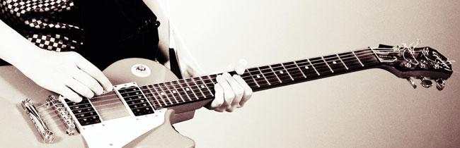 В этой статье вы узнаете с чего начать, если вы новичек и только учитесь играть на электрогитаре, а также узнаете о гитарном звуке, эффектах, подключении гитары, табулатурах и многое другое