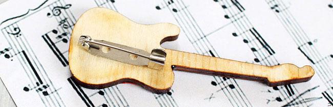 Хотите подарить своему другу гитаристу хороший подарок, но не знаете что выбрать? На этот вопрос вам ответит данная статья!