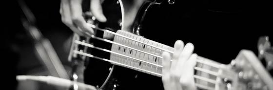 В этой статье будем знакомиться и изучать устройство бас гитары, которая во многом схожа со своей шестиструнной сестрой, но все же имеет некоторые различия.