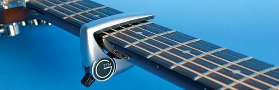 В этой статье хочу предложить вам познакомиться с этим устройством поближе и узнать о том, как выбрать каподастр для гитары легко и быстро