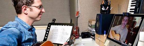 В этой статье даны небольшие рекомендации о том, как организовать уроки по гитаре через интернет